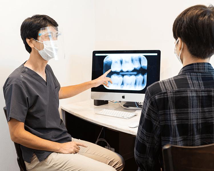 説明をする歯科医