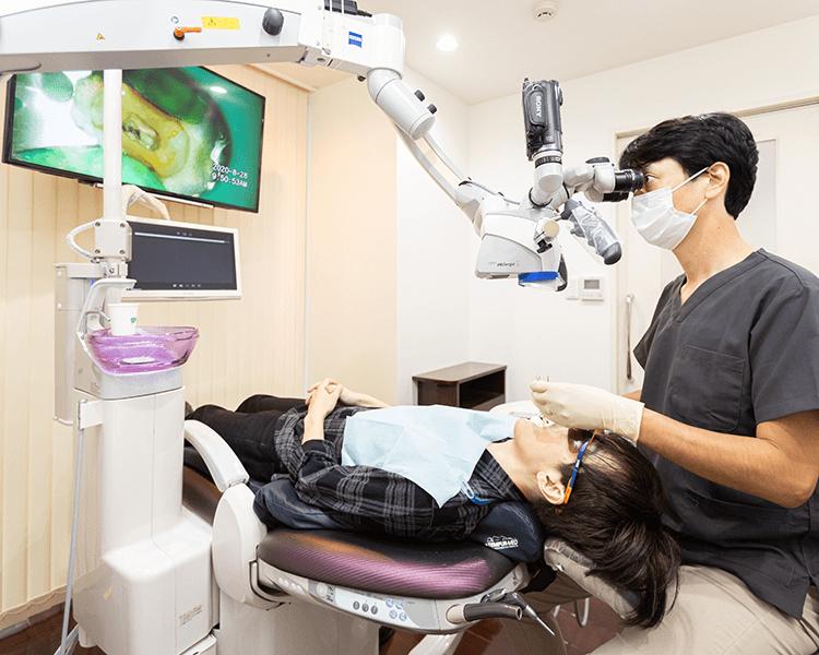マイクロスコープで治療する歯科医
